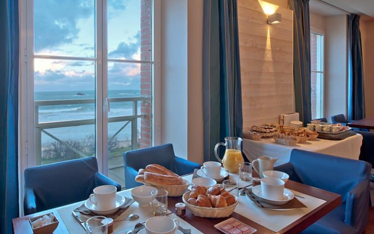 petit-dejeuner face à la mer